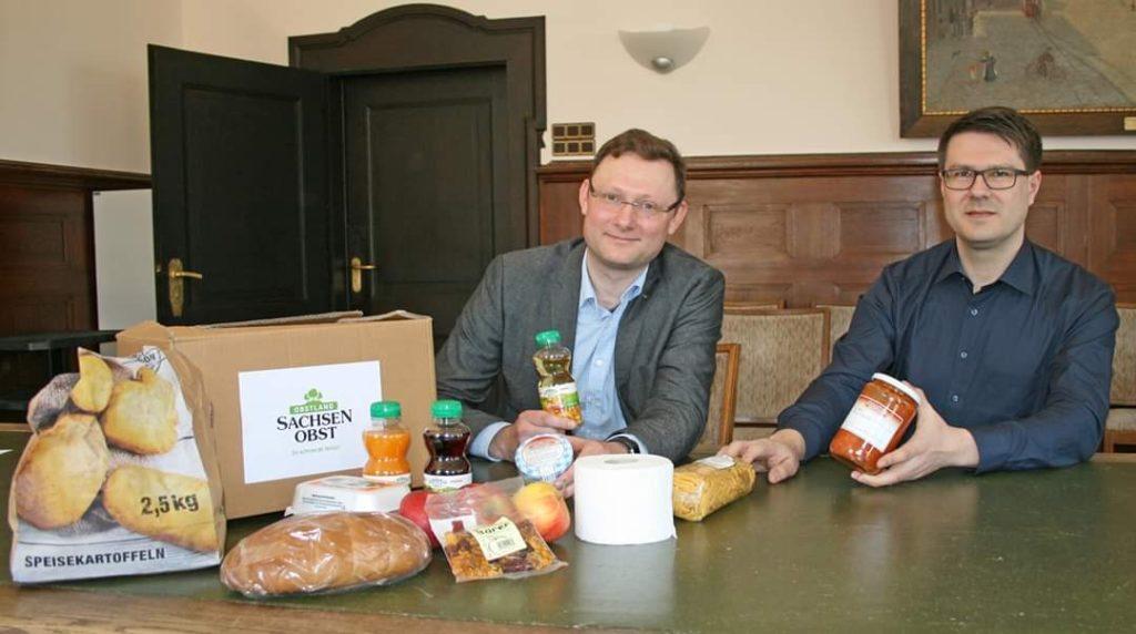 Vorstandsvorsitzender Mathias Möbius und Döbelns Oberbürgermeiste Sven Liebhauser sehen sich die Herzensbox von Sachsenobst an.r